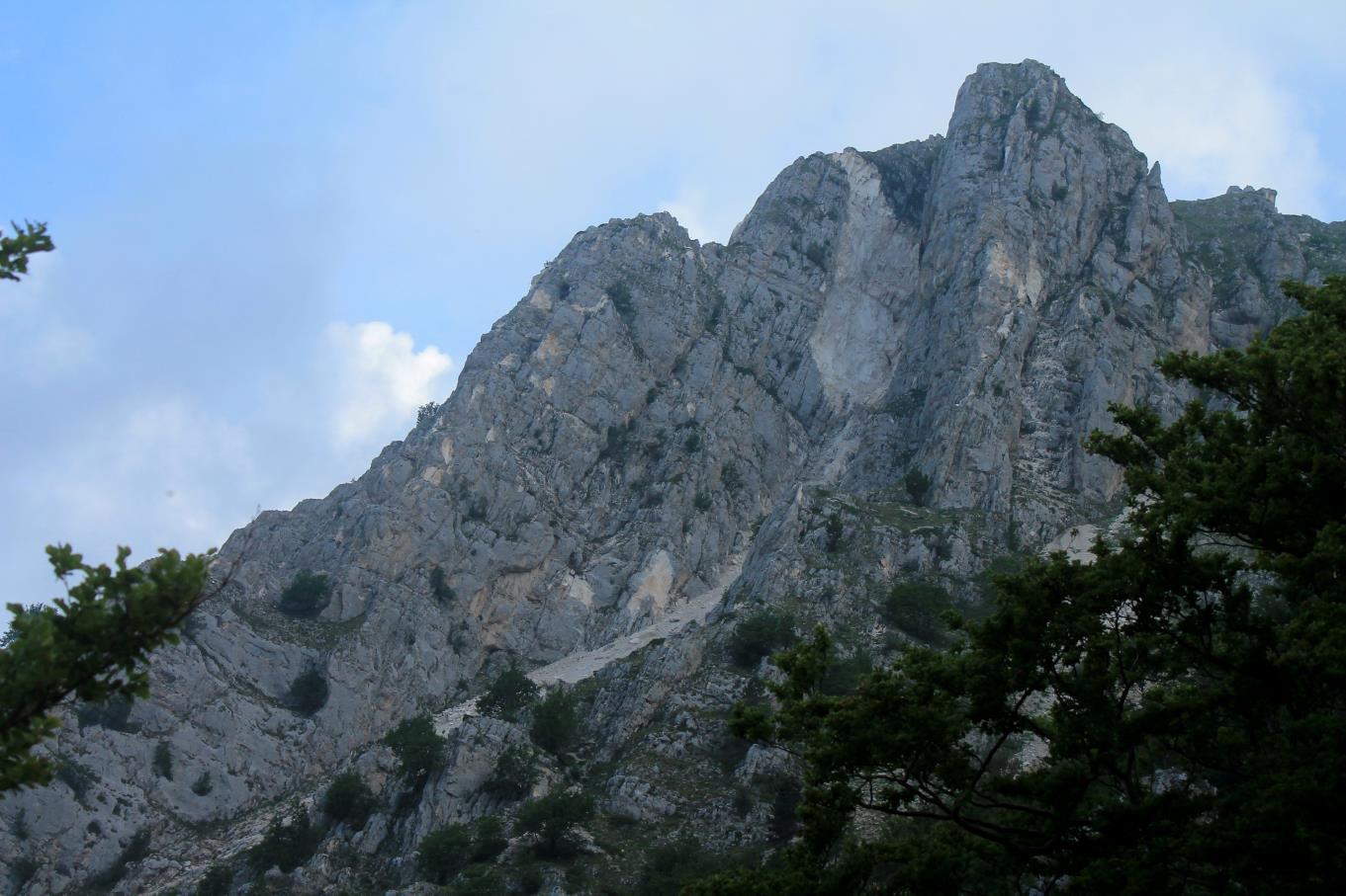 """3-Val di Bove, versante sud de """"le Quinte"""" con la grande frana del camino centrale."""