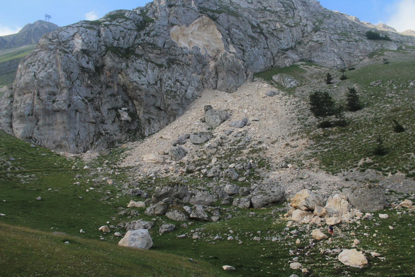5- Le proporzioni della frana in confronto con Stefano, i massi grigi sono vecchi crolli.