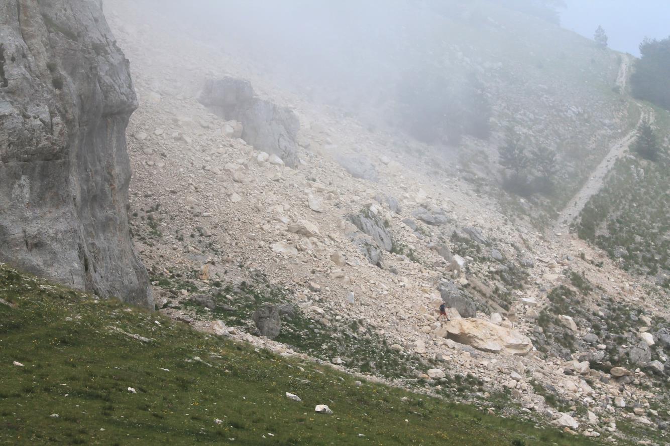6- Il grande masso dove sta Stefano si è fermato sul sentiero Val di Bove – Forcella Passaiola.