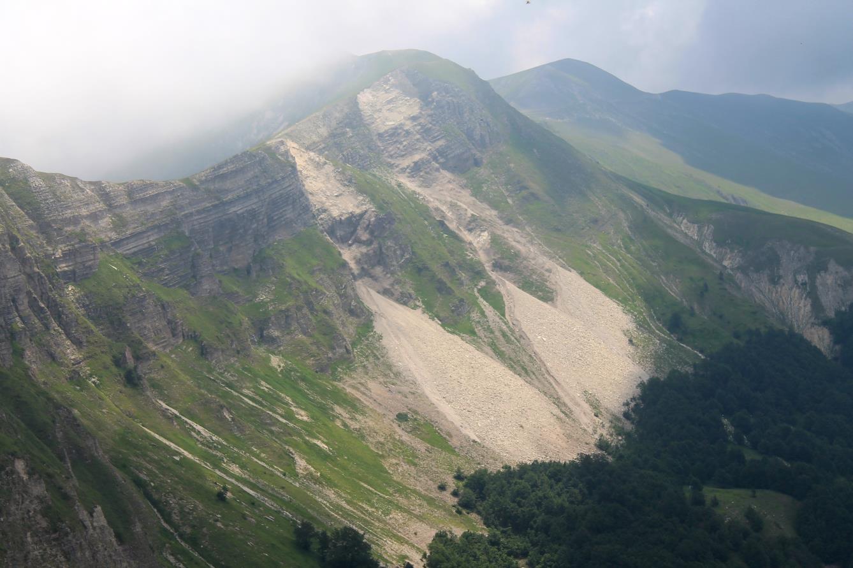 13- Il Passo Cattivo con tre enormi frane cadute dal versante ovest verso la valle di Macchie di Vallinfante.