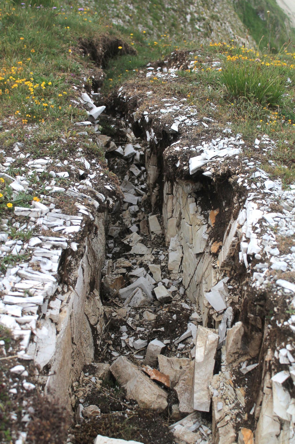 15- La prima di decine di fenditure aperte nei prati di Passo Cattivo, si nota il taglio ed il distacco nelle due parti di roccia al lati della spaccatura.