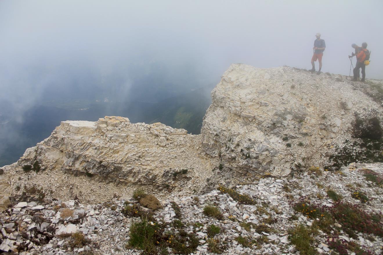 17- Uno dei torrioni che caratterizzano il versante ovest del Passo Cattivo parzialmente franato, sullo sfondo il paese di Castelsantangelo sul Nera.