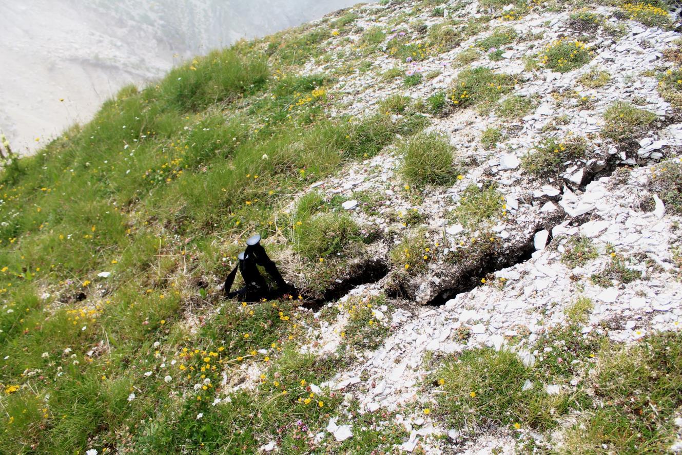 18- Un'altra fenditura in prossimità della cresta di Passo Cattivo, ci entrano i bastoncini per tutta la loro lunghezza !!!