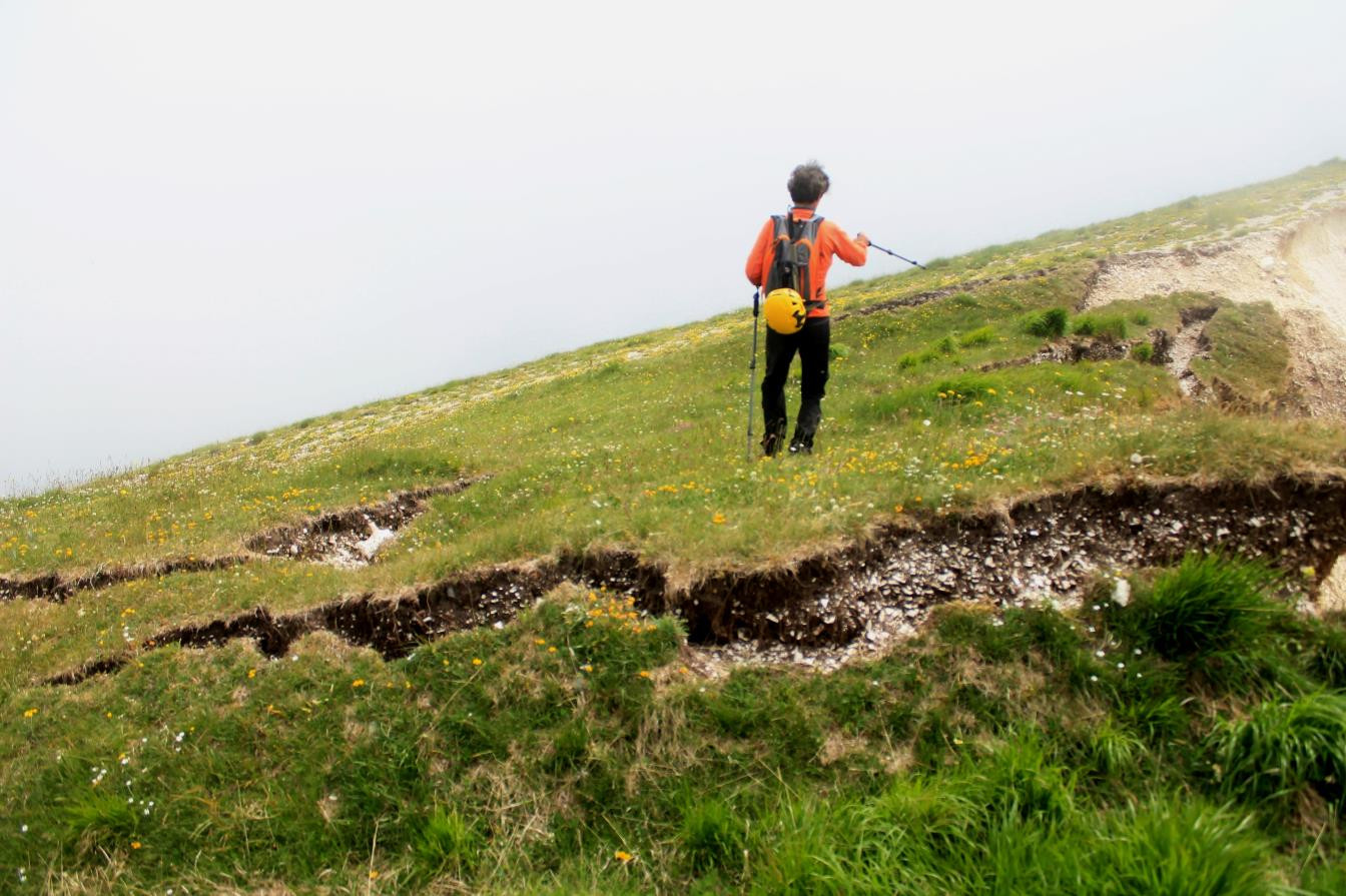 19- Salendo per il sentiero verso Cima di Vallinfante le fenditure sono ovunque, saliamo con attenzione con il timore di sprofondare anche noi.