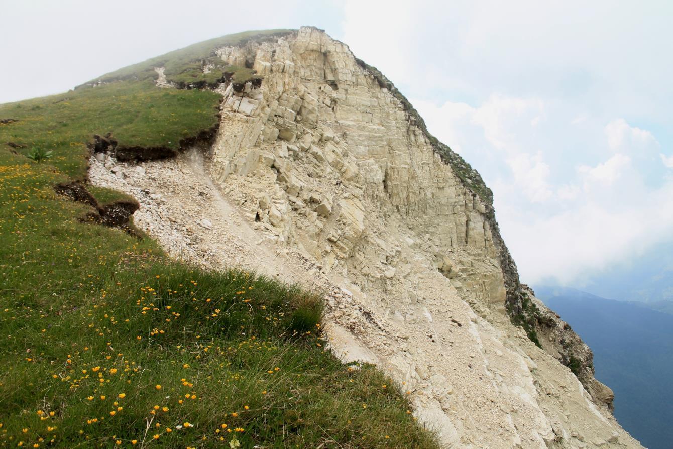 22-La cima sovrastante Passo Cattivo, che precede la Cima di Quota 2065 m., con il versante ovest completamente franato.