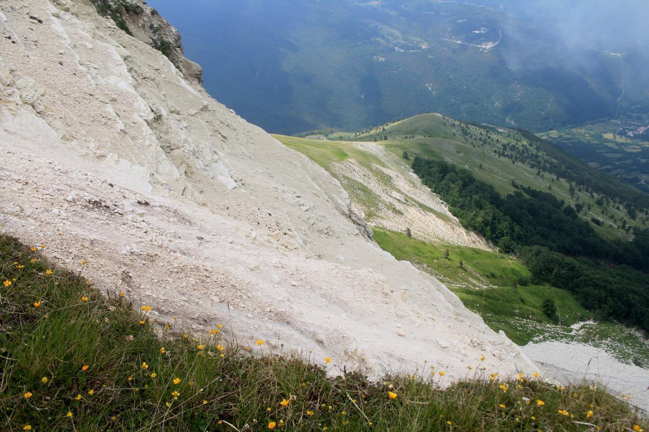 23- Il pendio sottostante la cima della foto n.22. Al centro il Colle la Croce ed il camping M. Prata, a destra l'abitato di Vallinfante.