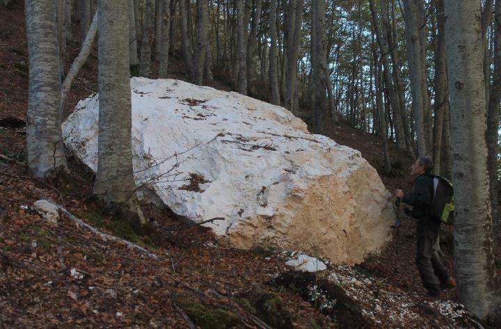 Sotto alla parete dello spigolo nord-est del Monte Bove Nord ci sono massi ovunque e di tutte le dimensioni
