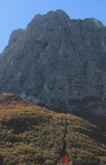 Lo spigolo nord-est con le frane e il visibile intaglio nel bosco sottostante