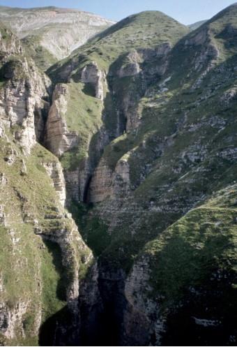 """Il fosso """"La Foce"""" con la confluenza dei due rami e la traccia del sentiero basso che lo attraversa (cengia dei Fiumarelli)"""