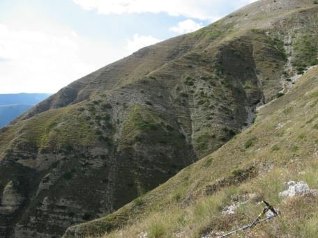 L'itinerario alto del fosso La Foce, si percorrono tratti in forte pendenza su un esile tracciato quasi scomparso largo pochi centimetri che si nota appena nelle due pieghe della montagna