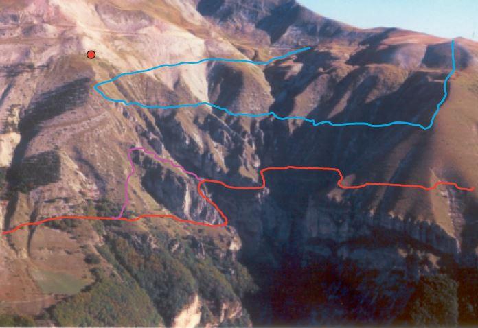 """Gli itinerari di traversata del fosso """"La Foce"""" - Itinerario alto: colore azzurro - Itinerario basso o cengia dei fiumarelli: colore rosso -  Bollo rosso: edicola di San Nicola"""