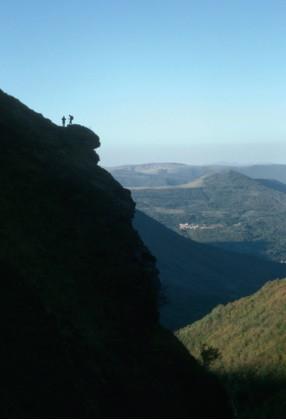"""Escursionisti in traversata pomeridiana del fosso """"La Foce"""", sullo sfondo l'abitato di sorbo di Ussita"""