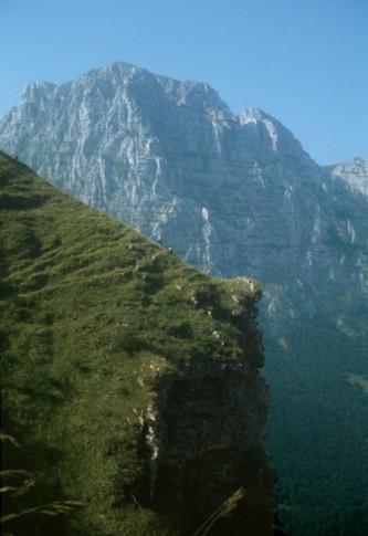 """Escursionisti sulla cresta all'uscita del fosso """"La Foce"""", sullo sfondo la dolomitica parete nord del Monte Bove; come si è piccoli di fronte alla maestosità delle montagne"""