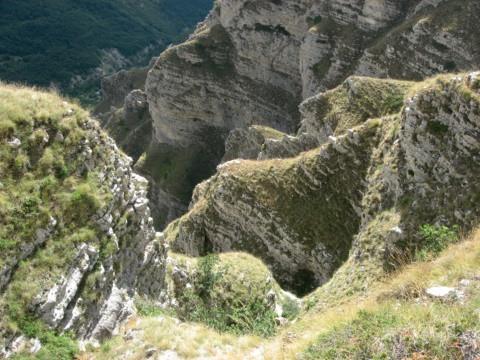 Le ripide pieghe del fosso La Foce in corrispondenza della sorgente del ramo sinistro, sulla cengia che si intravede in alto sulla sinistra della foto si snoda l'itinerario basso (cengia dei Fiumarelli)