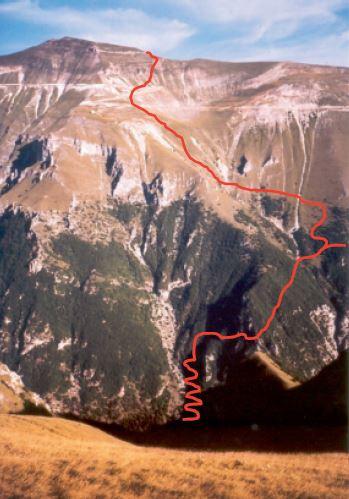 Versante est del Monte Sibilla visto da cima della Prata, con l'itinerario di salita