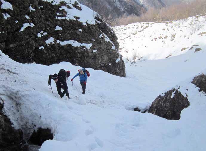 109 L'attacco del canale sinistro, c'è neve, saliamo, ...ma ancora per poco!!!